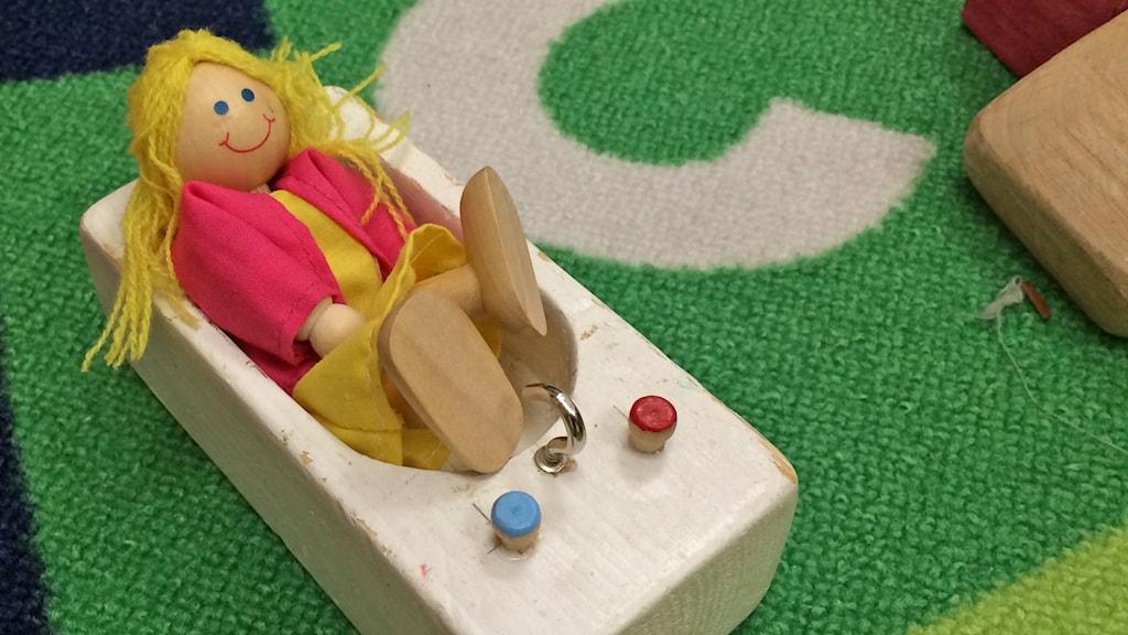 Iloinen nukke ammeessa. Foto: Virpi Inkeri/SR