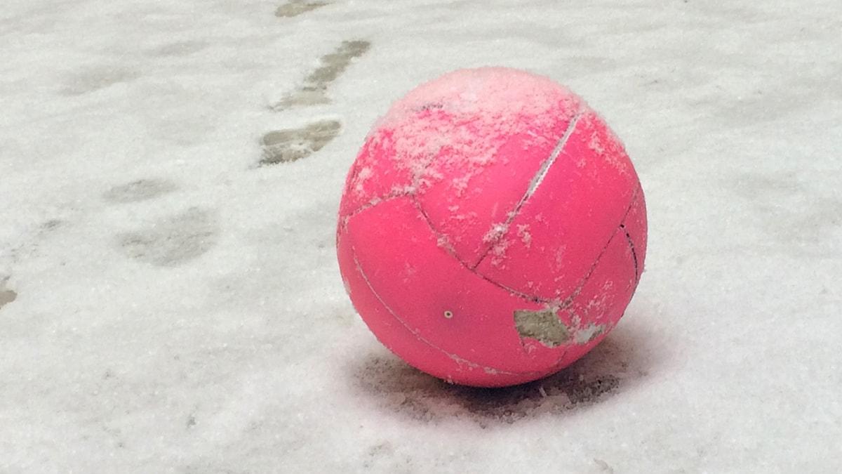 Vaaleanpunainen jalkapallo. Foto: Virpi Inkeri/SR