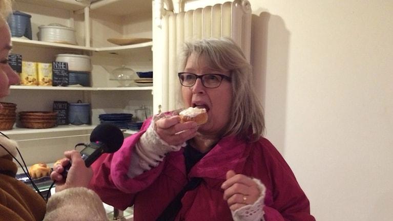 Anna Lundmark syö laskiaispullaa hillolla.