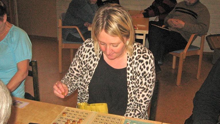 Paula Illikainen bingoemäntänä Skärblackassa. Foto: Pirjo Rajalakso/SR