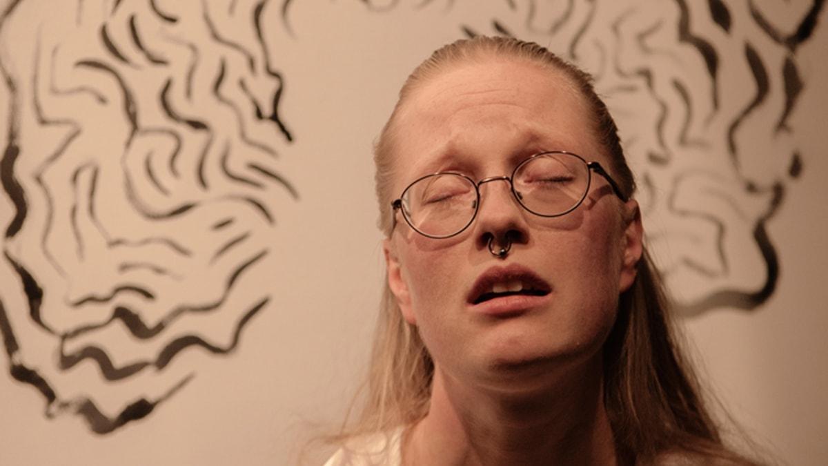 Anna Fält laulaa Kalevalaa. Foto: Jerry Pedersen esityksestä Vallpiga - Paimentyttö