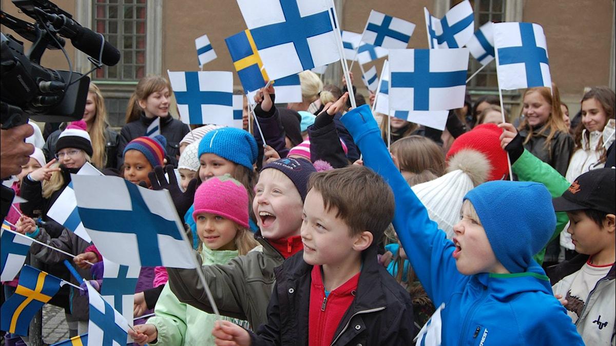 Lapset liehuttavat Suomen ja Ruotsin lippuja. Foto: Annika Lantto/Sveriges Radio