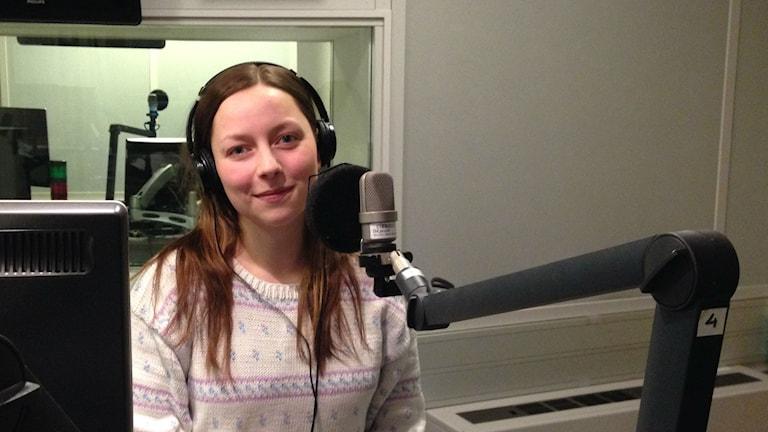 Bloggaaja Jennifer Sandström studiossa yllään vaalea villapaita.