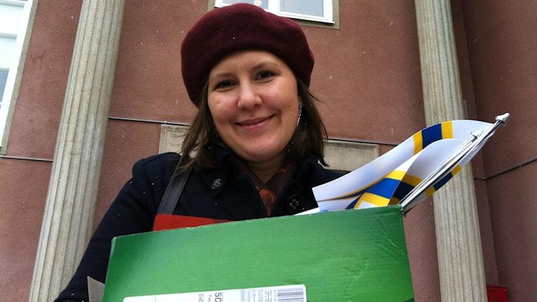 Veera Florica Jokirinne poseeraa puheenjohtajan valinnan jälkeen, Tukholman Ruotsinsuomalaisen koulun edessä. Foto: Kaisa Vuonokari / Sveriges Radio