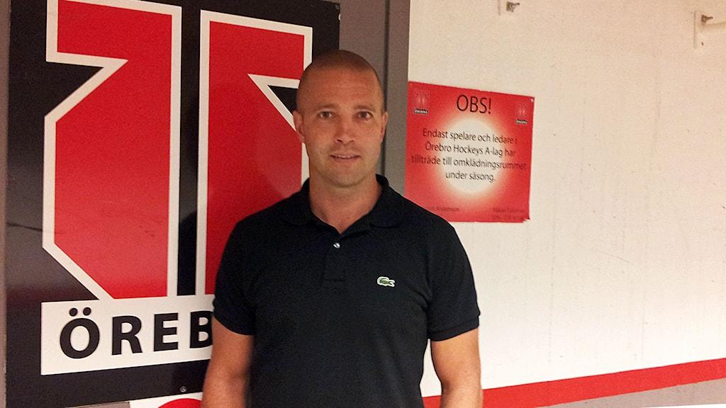 Johan Tornberg, apulaisvalmentaja/ass. tränare, står utanför ÖHKs omklädningsrum. Kuva/Foto: Anna Tainio, SR Sisuradio