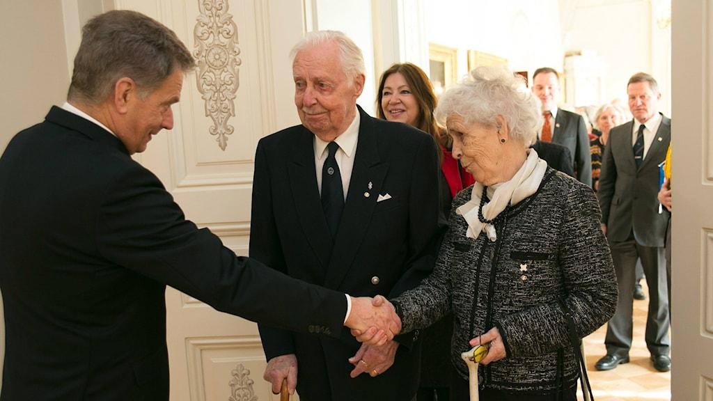 Suomen presidentti Sauli Niinistö toivottaa Björn Råberghin vaimonsa Amin kanssa tervetulleeksi. Foto: Tasavallan presidentin kanslia / Republikens presidents kansli