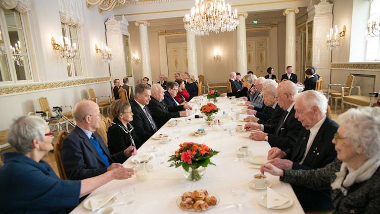 Ruotsinsuomalaiset sotaveteraanit kahvipöydässä presidentinlinnassa.Foto: © Tasavallan presidentin kanslia / Republikens presidents kansli