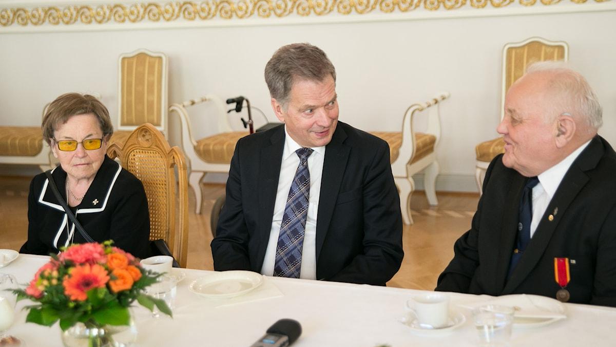 Suomen presidentti Sauli Niinistö keskustelee Aapo Knaapin kanssa kahvipöydässä. Foto: © Tasavallan presidentin kanslia / Republikens presidents kansli