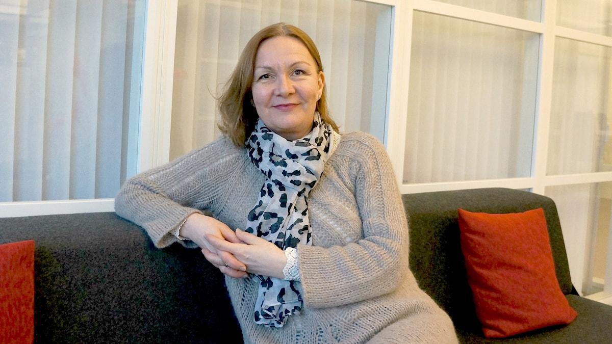 Tiina Pukkila istuu sohvalla Foto: Marja Siekkinen
