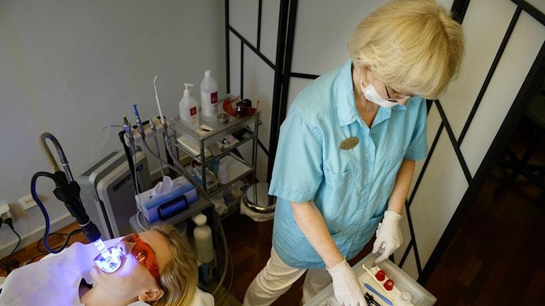 Hammaslääkäri järjestelee instrumenttejaan vastaanotolla.