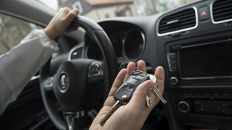 Autonajaja pitää autonavaimia kädessään Foto: Fredrik Sandberg / TT