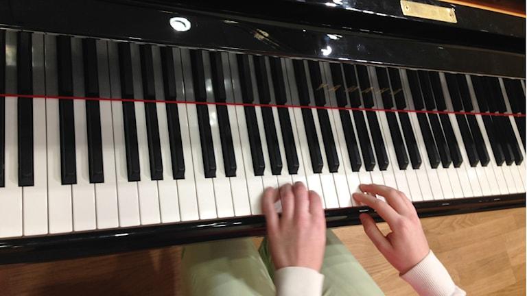 Pianosormet, Cecilia Damström flyygelin ääressä. Foto: A-L Hirvonen Nyström/SR Sisuradio