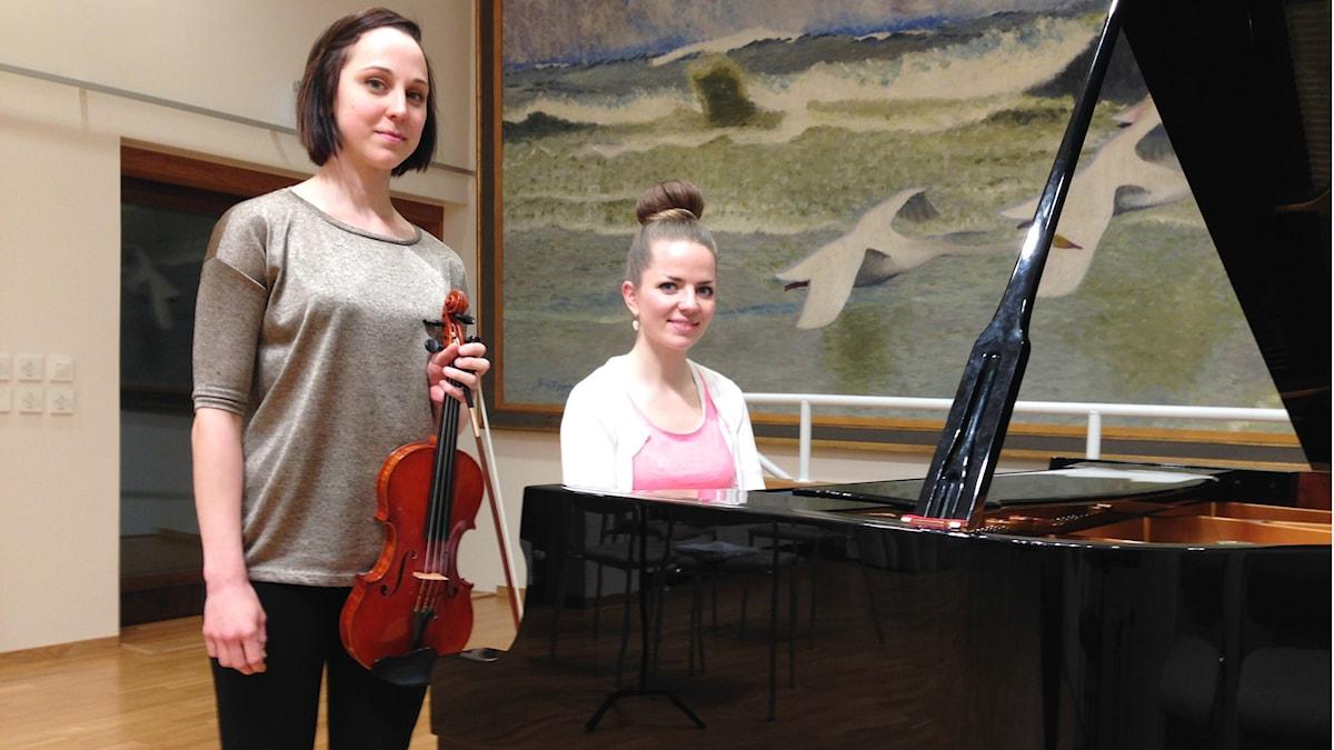 Viulisti Tuuli Meurman, pianisti ja säveltäjä Cecilia Damström. Foto: A-L Hirvonen Nyström/SR Sisuradio