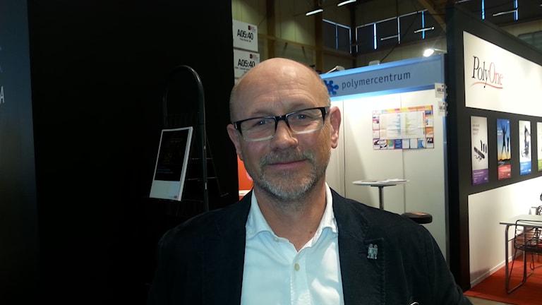 Anders Granstrand. Hän on Animexin johtaja Bredarydissä. Andersilla on valkea paita, tumma pikkutakki ja silmälasit. Kuva Pekka Ranta, Sveriges Radio.