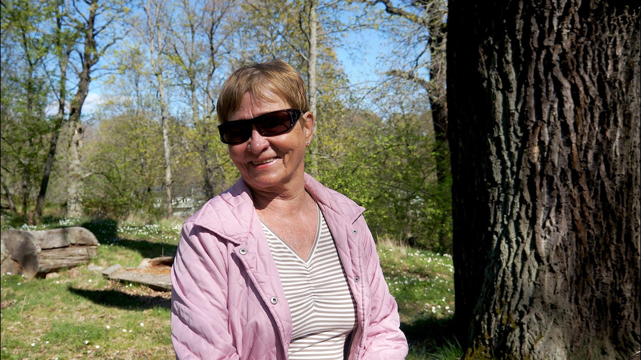 Marja-Leena Schlyter paistattaa hetken päivää Djurgårdenin ympärikävelylllään Foto: Marja Siekkinen