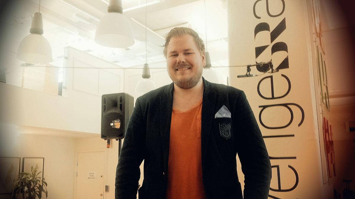 Joacim Björkvall har startat Västerås Comedy Club och representerar Finland i Humorlandskampen 2015. Foto: Anna Tainio, SR Sisuradio