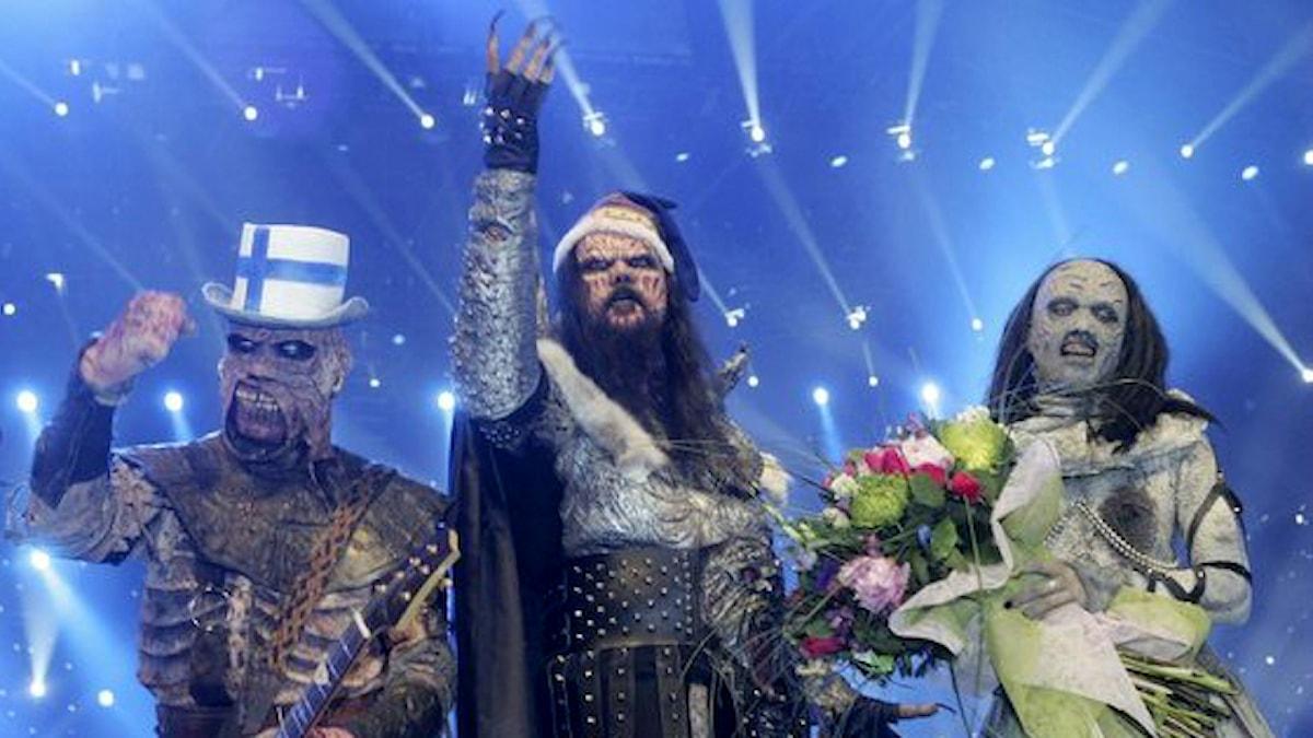 Lordi-yhtye Euroviisu-voiton jälkeen kukkia sylissään