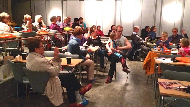 Sali täynnä Contrastissa. Hej säger publiken! Kuva/Foto: Tytti Jussila, SR Sisuradio