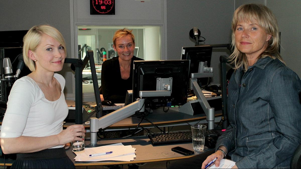 Sisuradion kanavapäällikkö Sofia Taavitsainen, Sveriges Radion ohjelmistosta vastaava Cecilia Bodstöm ja juontaja Virpi Inkeri studiossa lähetyksen jälkeen