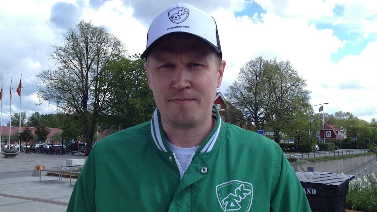 Mika Kohonen vihreässä takissa. Foto: Riitta Huikko SR Sisuradio