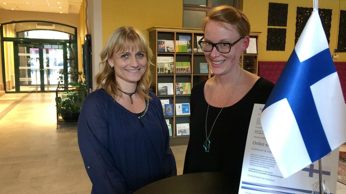 Gävlen kunnan suomenkielinen asiakastiedottaja Minna Piispala sekä vähemmistöjen koordinoija Eeva Östberg.