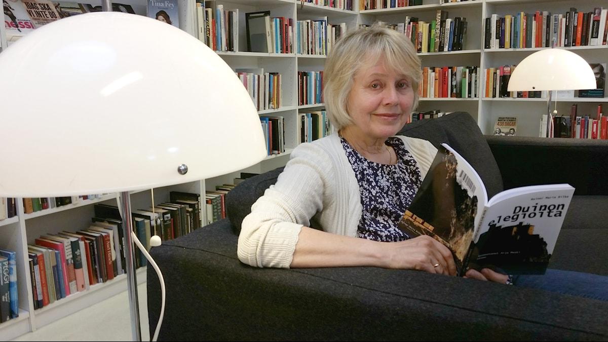 Kääntäjä Arja Meski lukee kirjastossa Rilken kirjaa Duinon elegioita