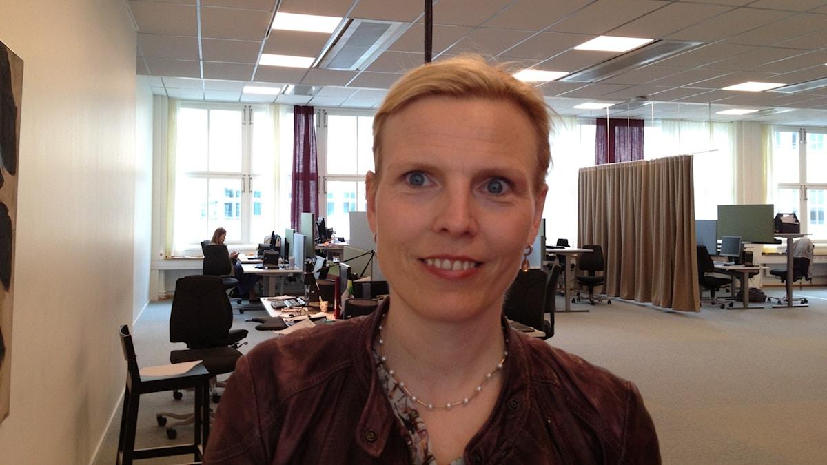 Laura Hartman Vakuutuskassan toimistossa. Foto:Riitta Huikko SR Sisuradio