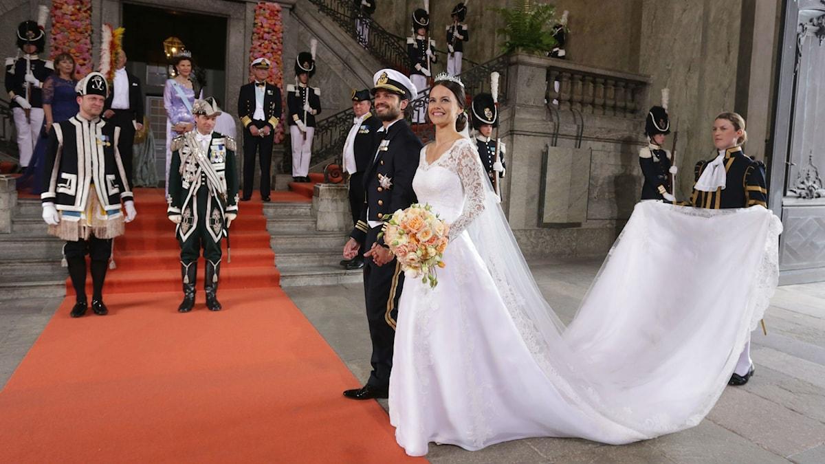 Prinssi Carl Philip ja hänen tuore vaimonsa Sofia Hellqvist poseeraavat hääpuvuissaa punaisen maton edustalla. Foto: Sören Andersson / TT