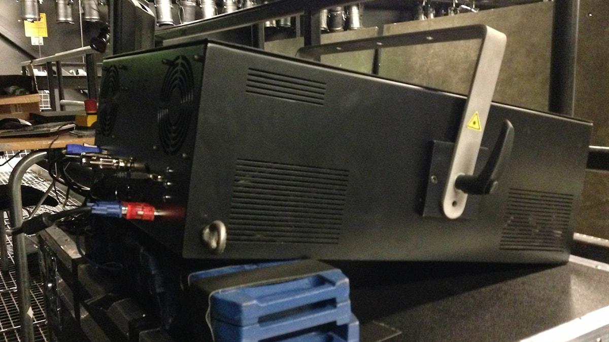 Merkittävä illuusioita luova kone ei ole kovin merkillisen näköinen, vaan yksinkertaisesti vain musta 35 kiloa painava laatikko. Foto: A-L Hirvonen Nyström/SR Sisuradio