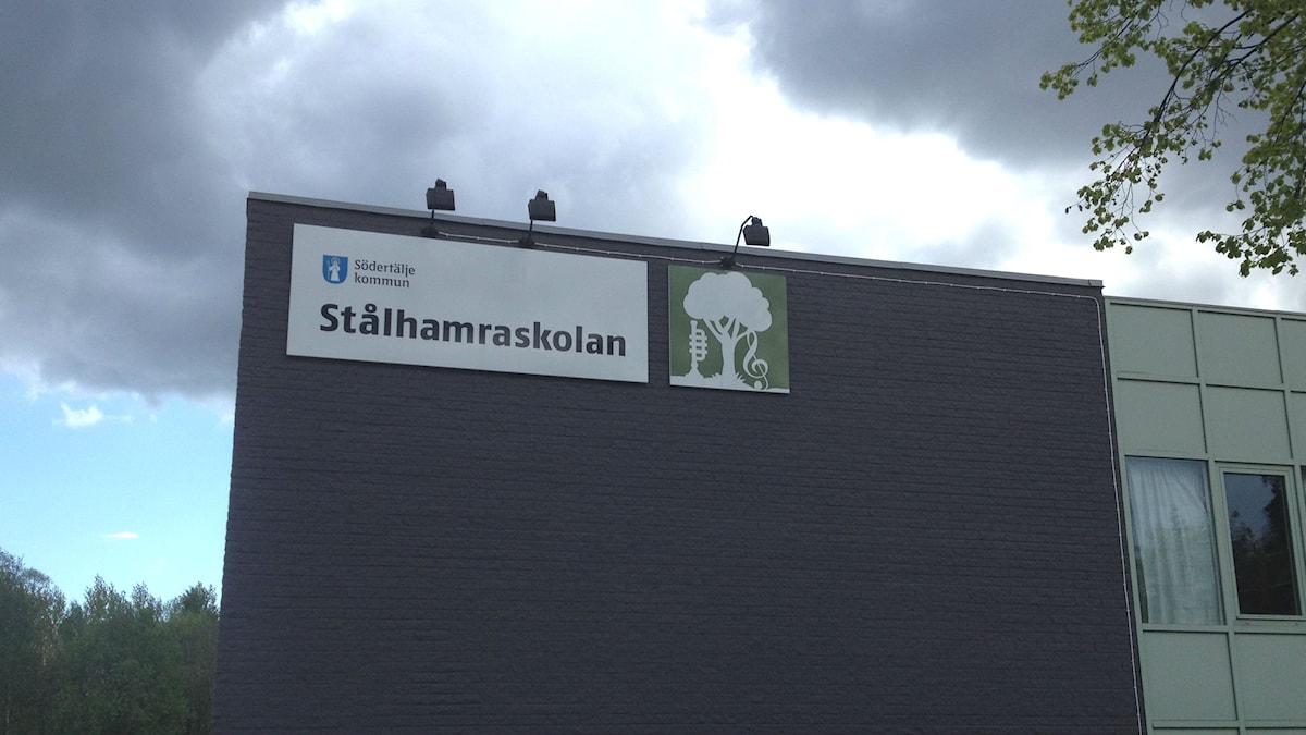 Tummia pilviä Stålhamran koulun yllä Södertäljessä. Kuva/Foto: Kaisa Vuonokari/Sveriges Radio Sisuradio