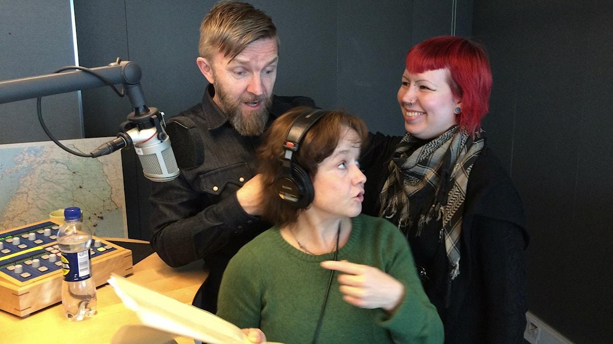 Timo Nieminen, Siri Hamari ja Annilotta Korhonen studiossa. Foto: Ulla Rajakisto / Sveriges Radio Sisuradio