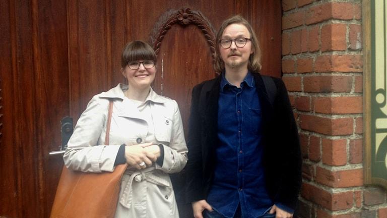 Heidi Viman ja Janne Grönholm seisovat kaupungin kultuuritoimen ovella.