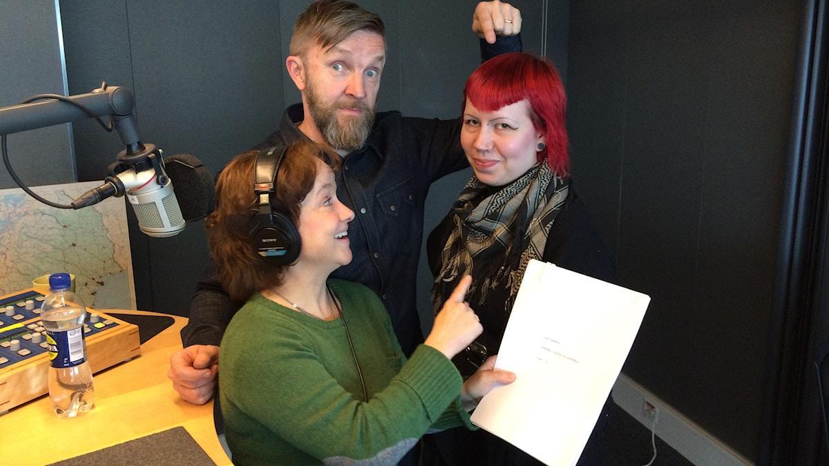 Timo Nieminen, Siri Hamari viihtyvät nauhoitusstudiossa yhdessä Annilotta Korhosen kanssa, eli Jammu, Jaana ja Jannika.Kuva:Ulla Rajakisto/Sveriges Radio Sisuradio