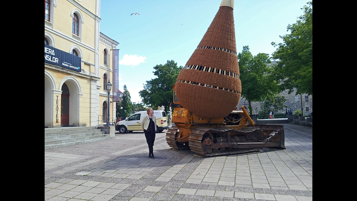 "Elina Rantasuo bredvid Roger Rigorths verk ""The portable excavating Cocoon"" Örebro Open Art 2015, kuva/Foto: A Tainio, SR Sisuradio"