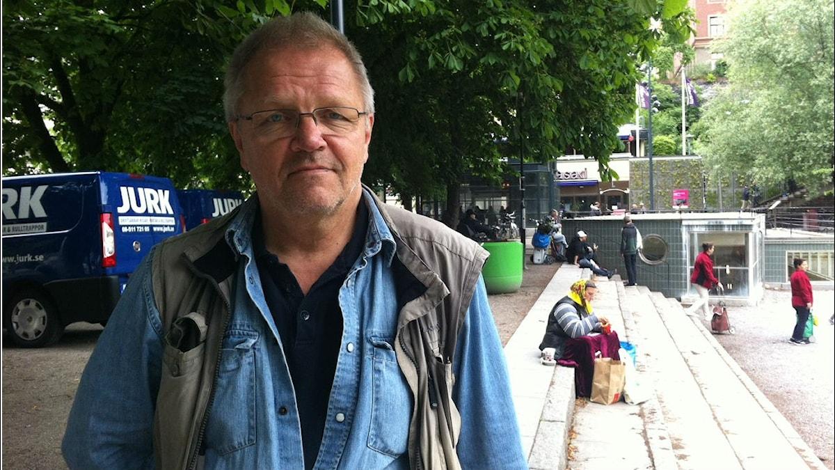 Sosiaalityöntekijä Pertti Koistinen Tukholman Medborgarplatsenilla