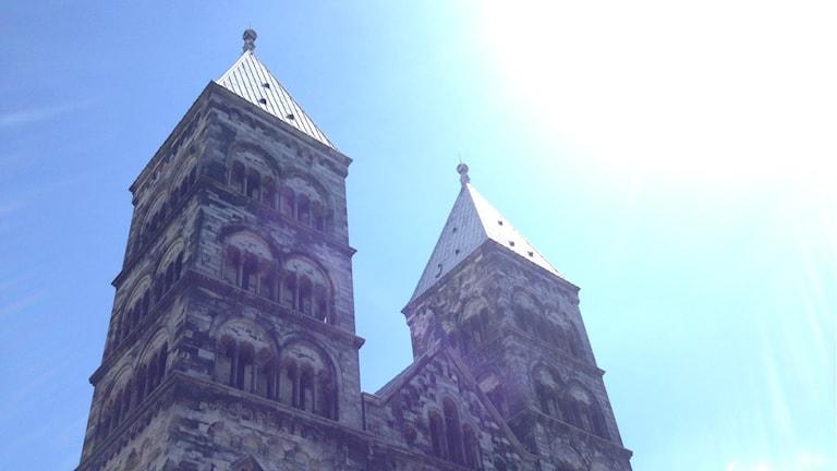 Lundin tuomiokiron tornit auringonpaisteessa.