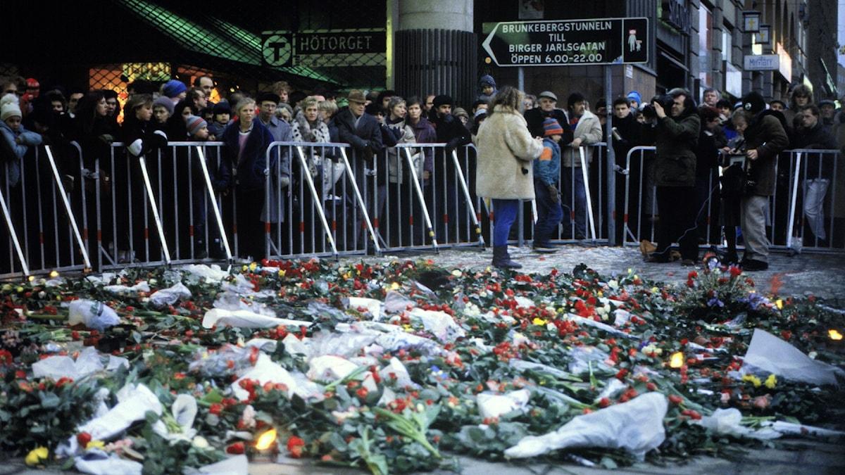 Olof Palmen murhapaikka Sveavägenillä maaliskuun ensimmäinen päivä vuonna 1986. Foto: SVT BILD / ÅKE ERLANDSSON
