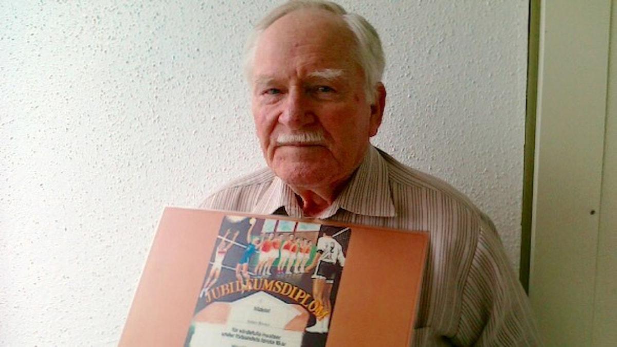 Hannes Hakola diplomeineen