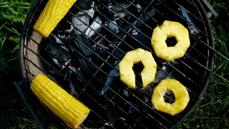 Maissintähkiä ja ananasviipaleita hiiligrillissä Foto: flickr/CCby2.0/Anssi Koskinen