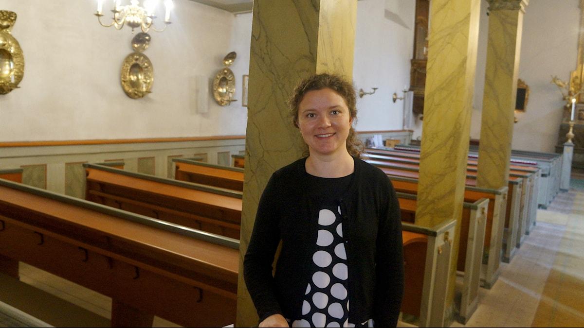 Kira Lankinen Tukholman suomalaisen seurakunnan kirkossa. Foto: Marja Siekkinen