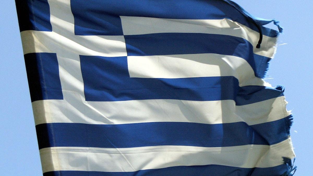 Lähikuva Kreikan lipusta, jonka reuna on rispaantunut