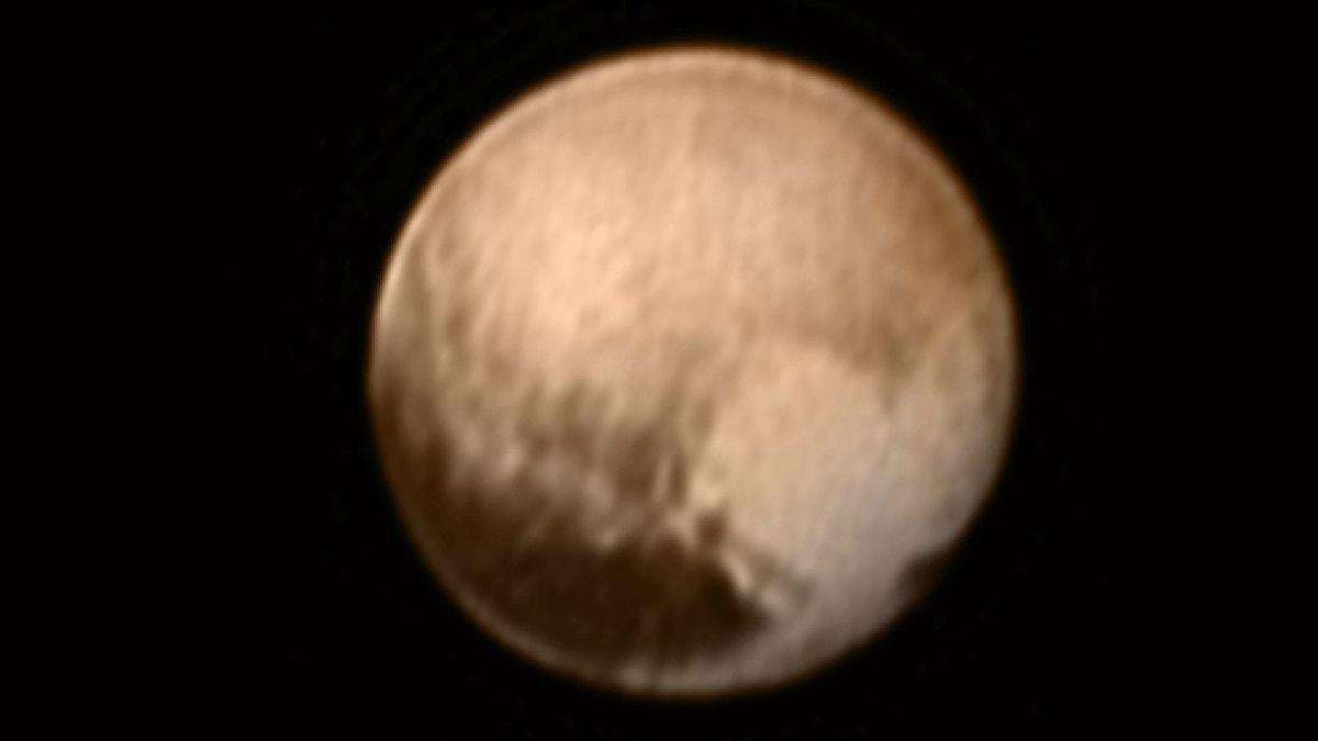 Kuvassa on kääpiöplaneetta Pluto, jonka pinnalla näkyy sydämenmuotoinen alue.