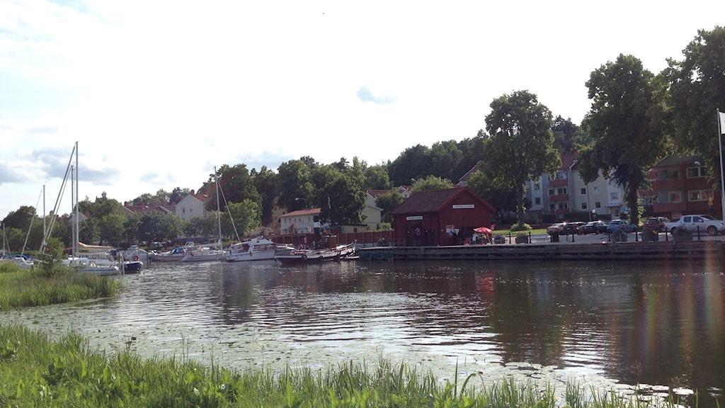 Vy över ån. Krusgårdsparken i Torshälla.