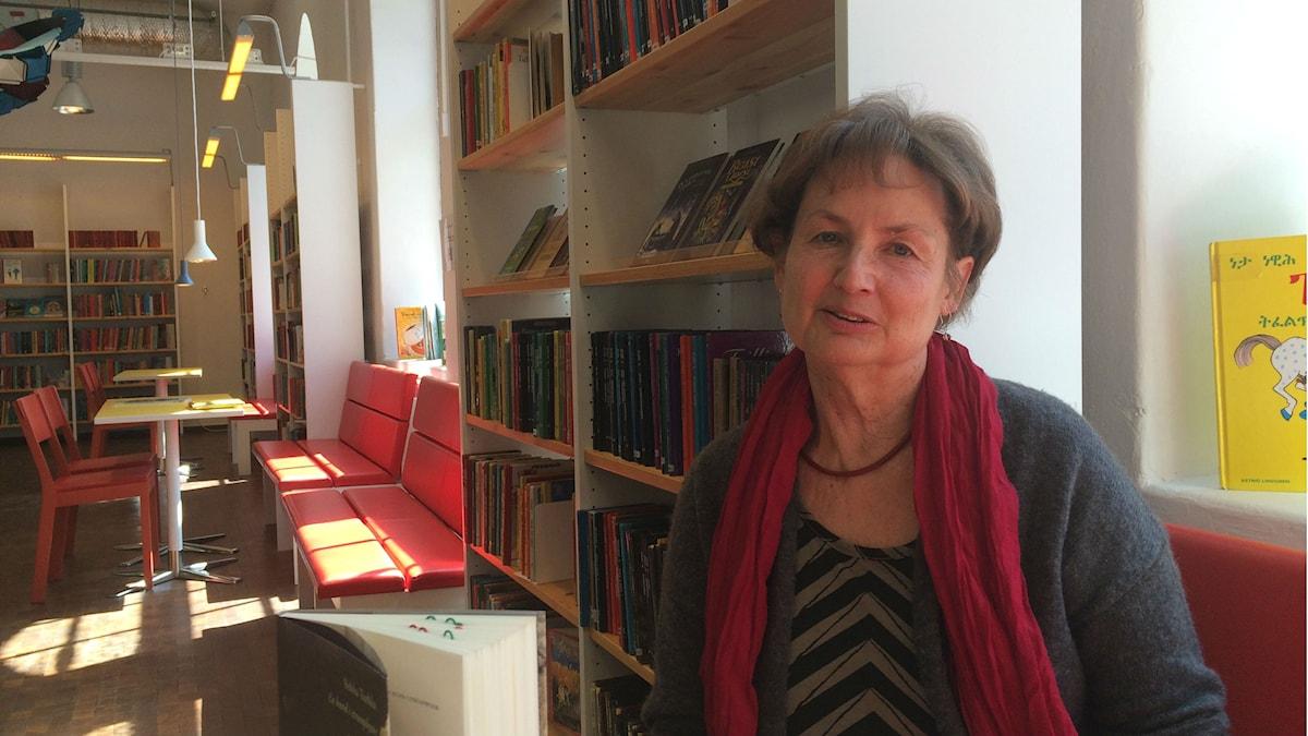 Kirjailija Maria Tapaninen kirjastossa. Kuva/Foto: Jorma Ikäheimo/Sveriges Radio Sisuradio.