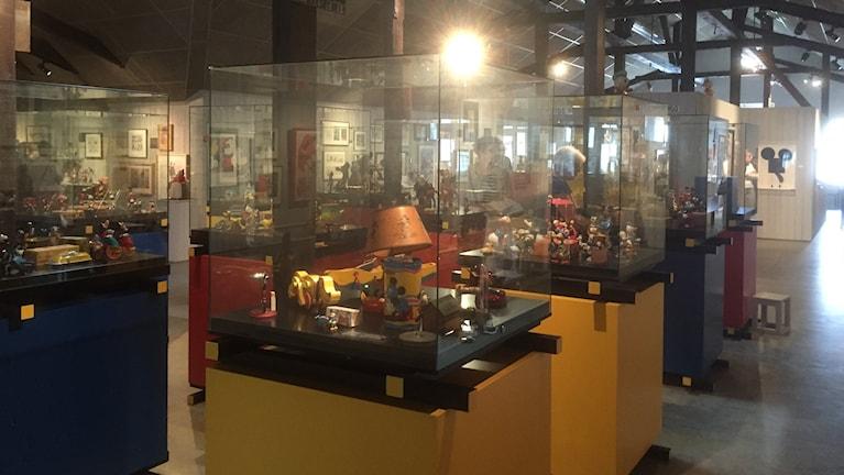 Laaja kokoelma eri keräilyesineitä ja leluja museon vitriineissä, kuva: Timo Laine/SR Sisuradio