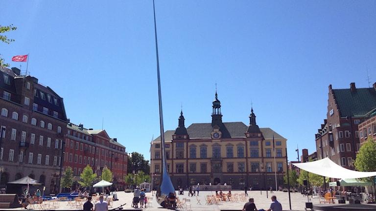 Aurinkoinen Eskilstunan tori, jossa keskella uusi taideteos Pin Point. Foto: Jasmine Malla. Sisuradio/Sveriges Radio. 2015.