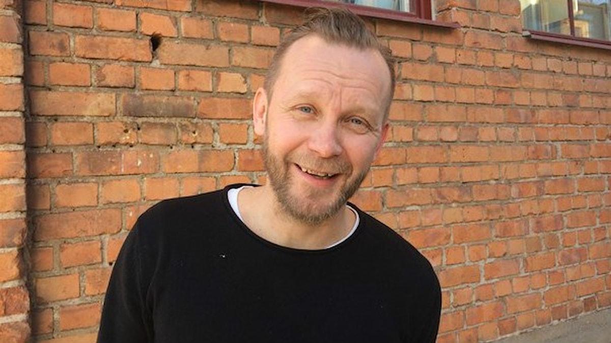 Musikern och producenten Heikki Kiviaho kom till Eskilstuna som fyraåring. Han jobbar på ett kulturcentrum i en ombyggd fabrikslokal, där många av de finska arbetskraftsinvandrarna jobbade på sin tid. Foto: Virpi Inkeri/Sveriges Radio