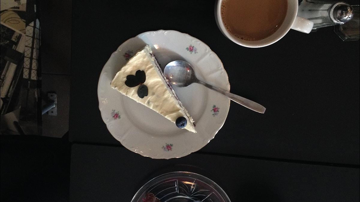 Vegaaninen kakku odottaa syöjäänsä. Kuva: Sanna-Leena Rinne/SR Sisuradio