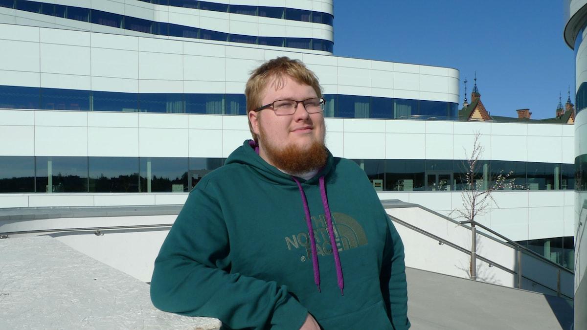 Viktor Alakörkkö vihreässä puserossa Uumajan kulttuuritalon parvekkeella