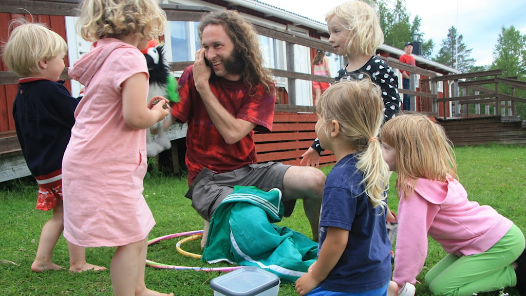 """Daniel Särkijärven meänkielinen papukaija on varma """"houkutuslintu"""" kun lapset halutaan saada yhdelle koolle Seittenkaaren kielileirillä. Kuva/Foto: Hannele Kenttä"""
